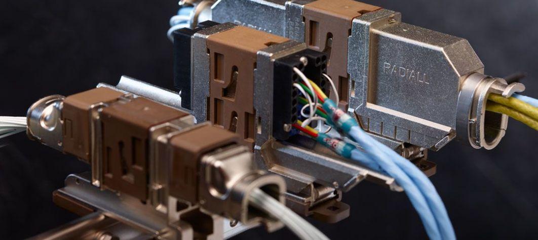 Découvrez les connecteurs multipôles pour les marchés de l'aérospatiale civile et de défense ici.