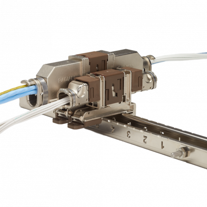 Les connecteurs à connexion rapide avec un système de verrouillage à glissière unique simplifient le câblage dans les applications de câble à câble ou de PCB à câble